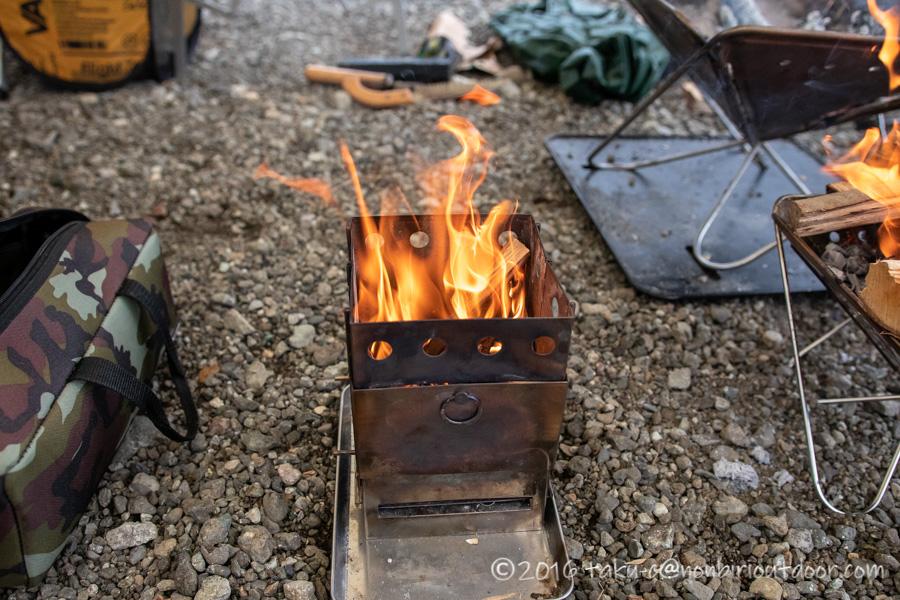 西湖湖畔キャンプ場で雨キャンの焚き火を楽しむ