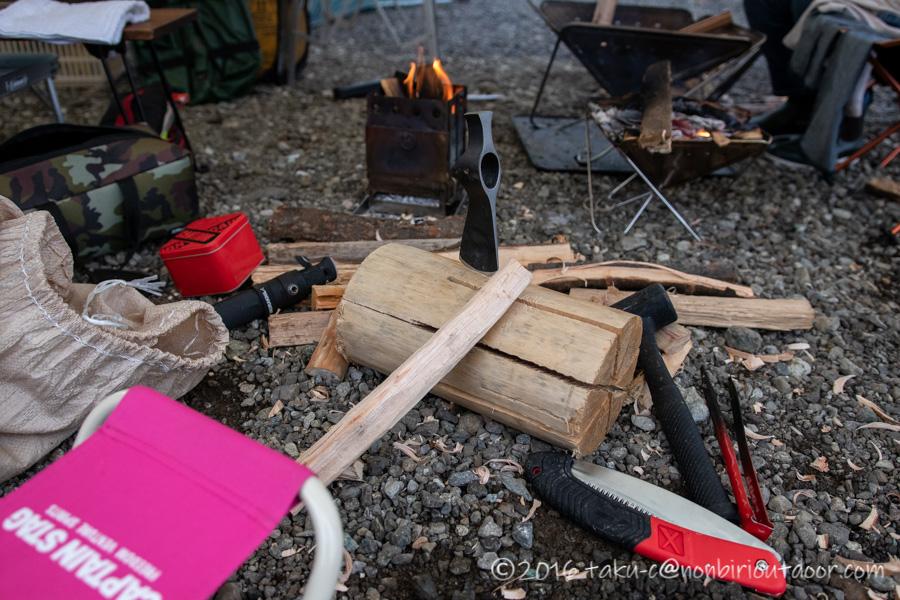 コールドスチールのトレイルホークの柄を広葉樹の薪から作る