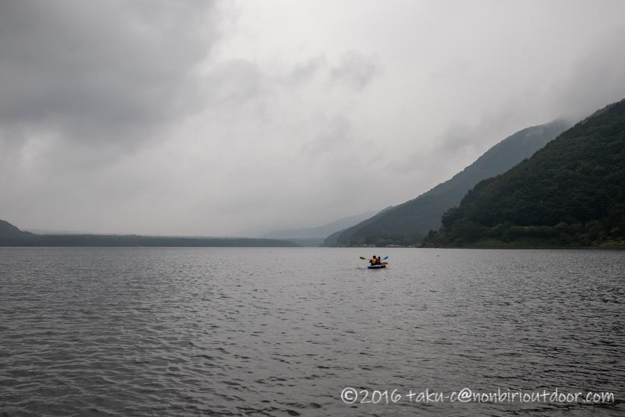 西湖湖畔キャンプ場でカヤックをする
