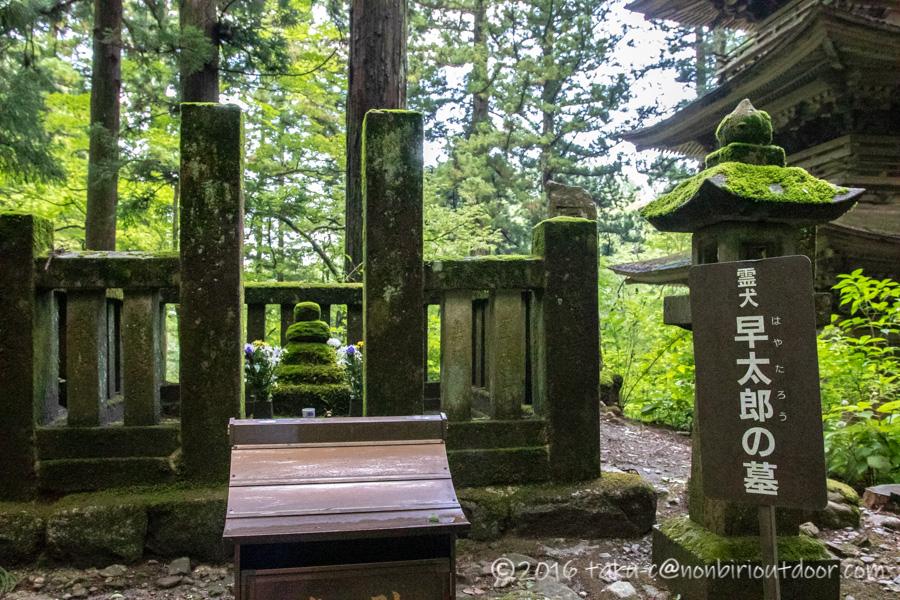 早太郎が眠る光前寺の早太郎の墓