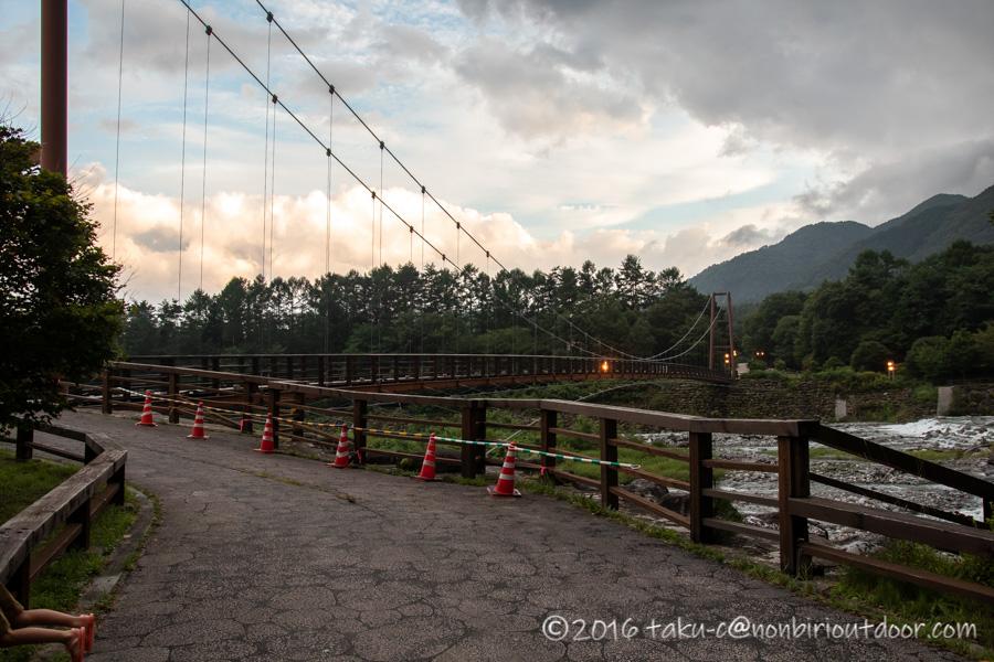 菅の台バスセンター脇を流れている太田切川とつり橋