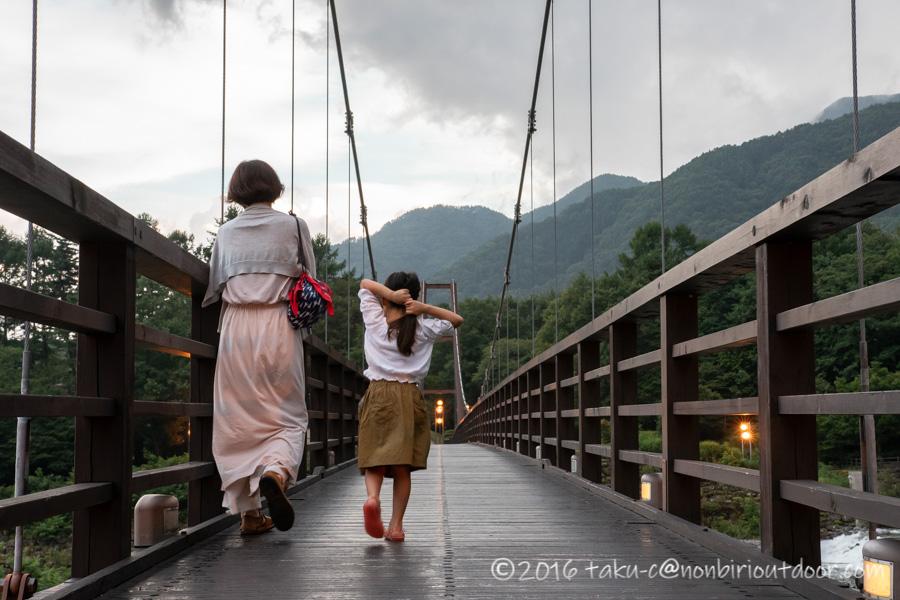 菅の台バスセンター脇を流れている太田切川とつり橋のこまくさ橋
