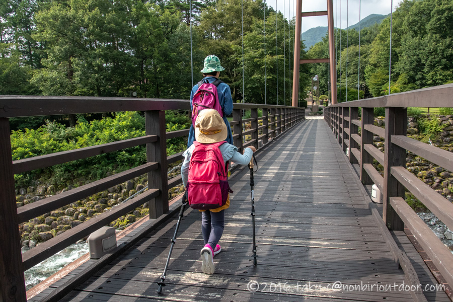 千畳敷カールへ向かうためにこまくさ橋を渡る