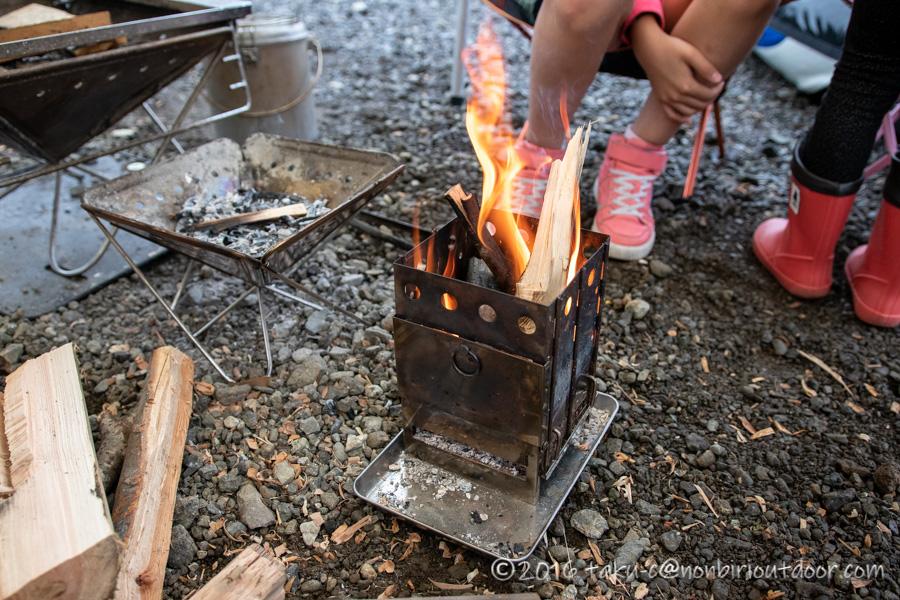 西湖・湖畔キャンプ場の雨の朝の焚き火