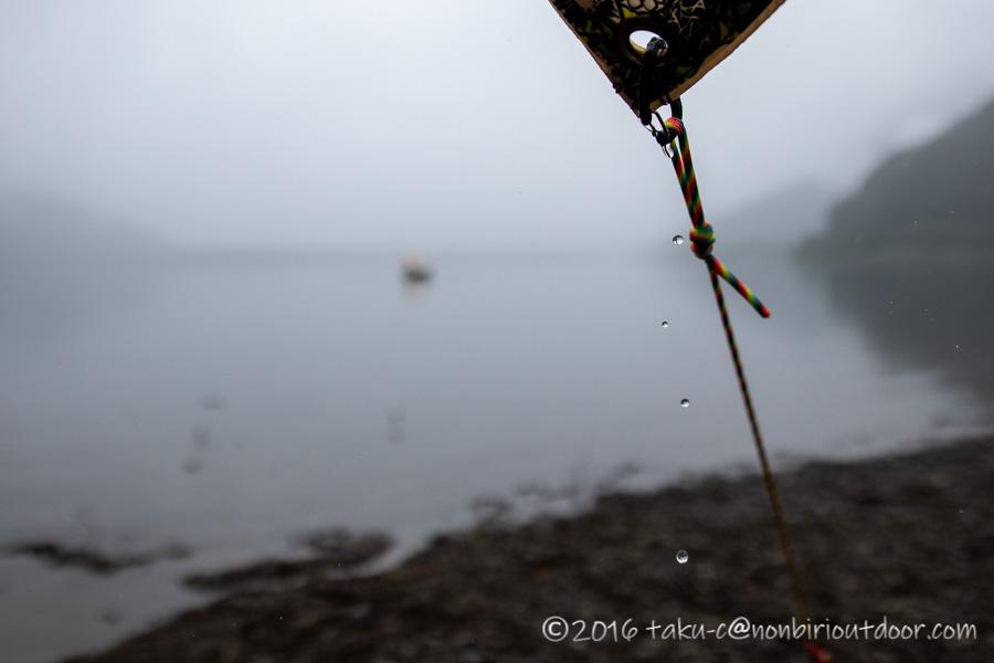 西湖・湖畔キャンプ場で雨