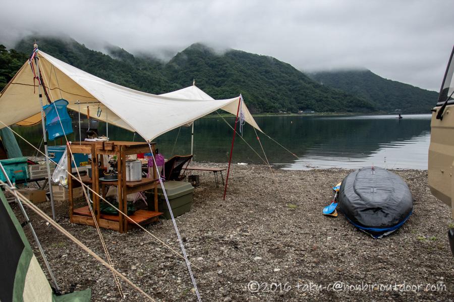 西湖・湖畔キャンプ場の曇りの朝