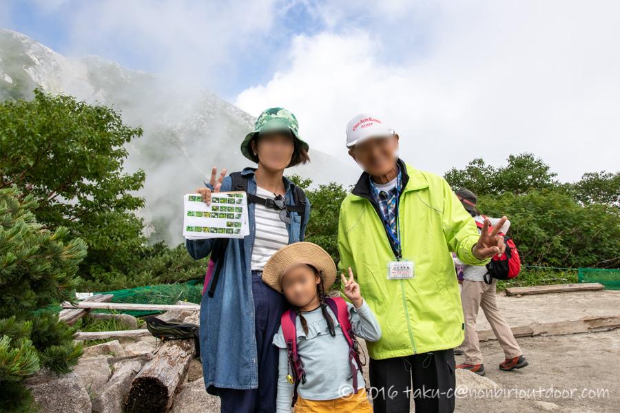 千畳敷カールでガイドさんのおじいちゃんと一緒に高山植物の観察