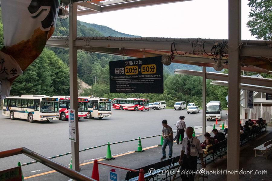 8月のしらび平駅でのバス待ち