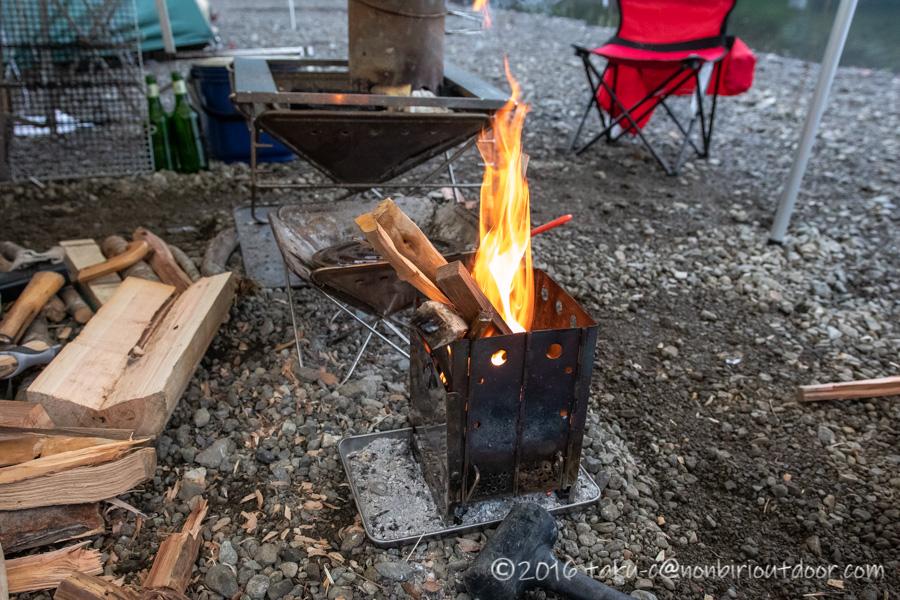 西湖・湖畔キャンプ場で縦型焚き火台バンドックで焚き火をする