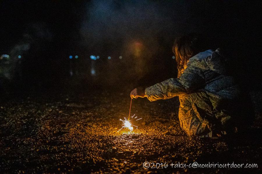 西湖・湖畔キャンプ場で小雨の中の花火