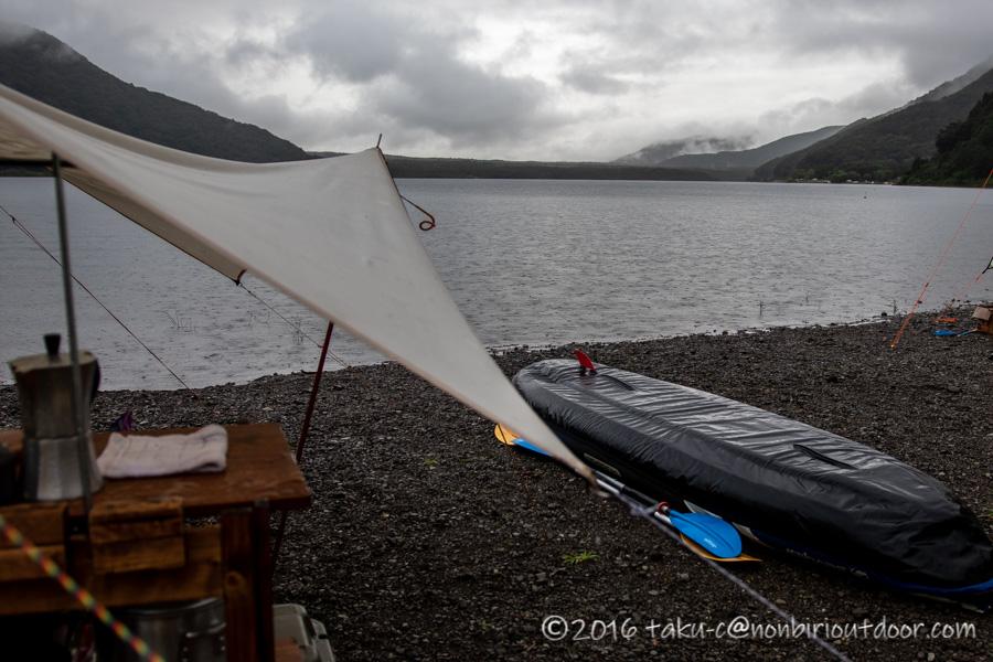 西湖・湖畔キャンプ場の雨の朝