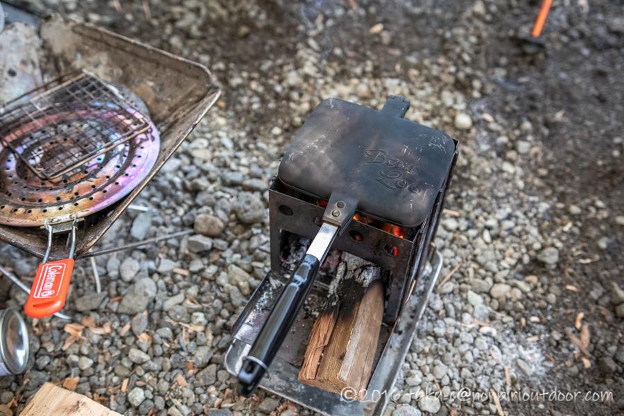 西湖・湖畔キャンプ場で縦型焚き火台バンドックでホットサンド