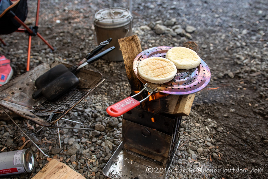 西湖・湖畔キャンプ場で縦型焚き火台バンドックでパンを焼く