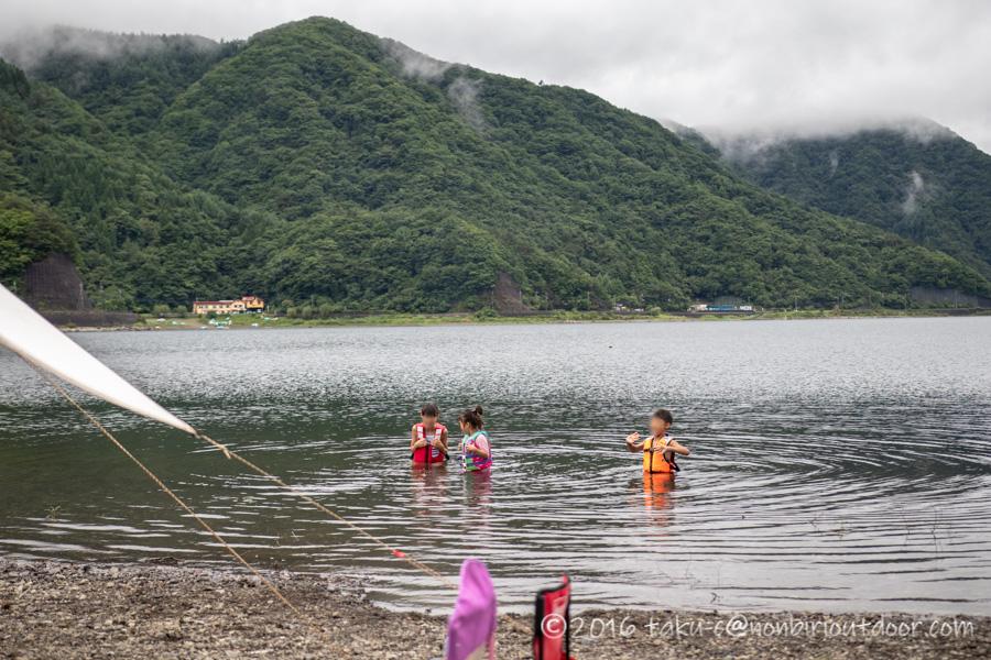 西湖・湖畔キャンプ場で湖水浴