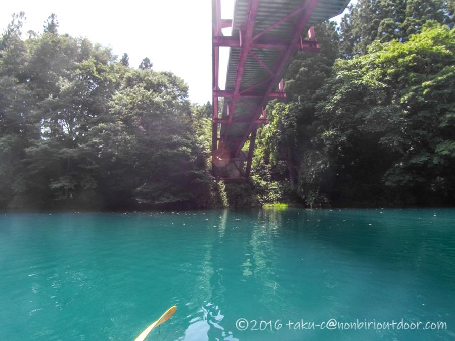 四万湖でカヤックからの橋の下