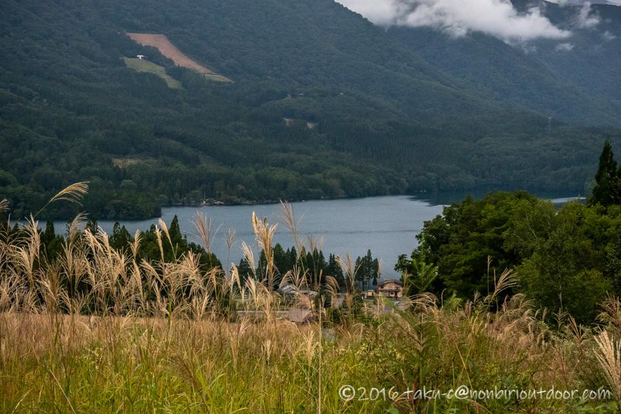 遠巻きから見た青木湖の秋