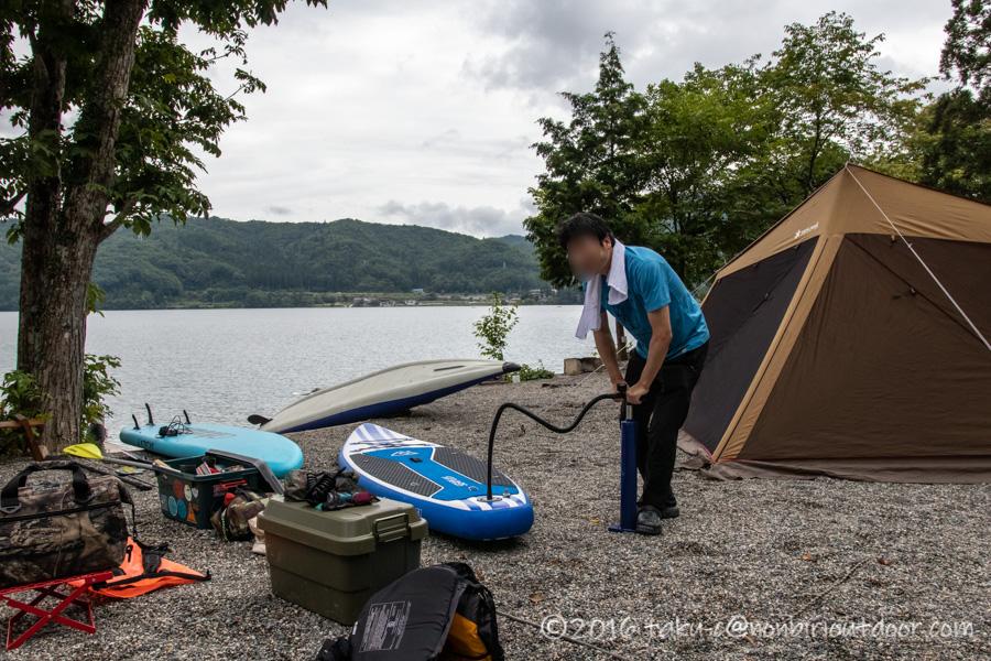 青木湖でSUPを楽しむために準備をする