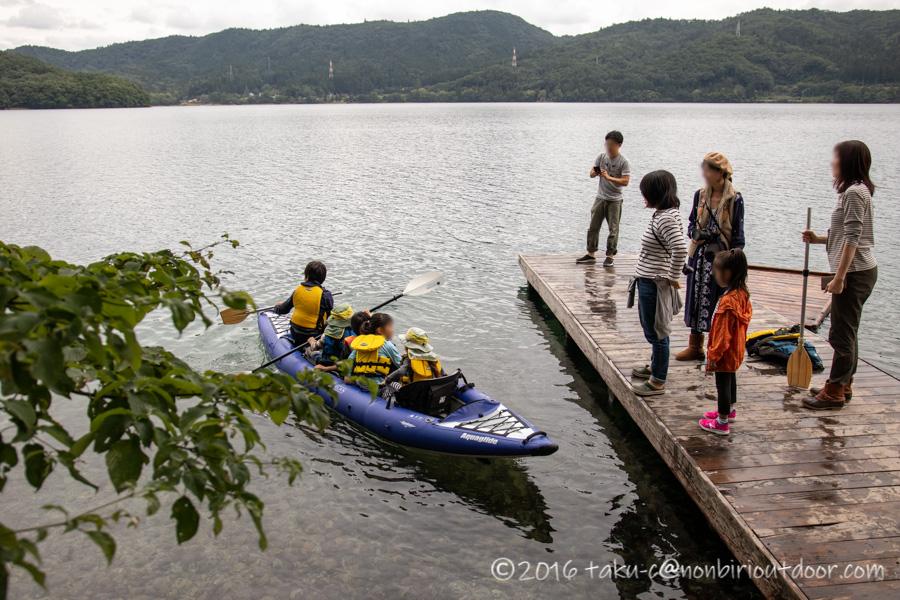 青木湖でカヤックに乗る子どもたち