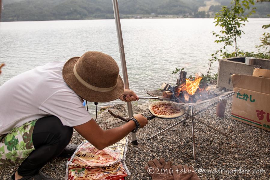 青木湖でカヤック・SUPグルキャンのお昼のピザを焚き火台で焼く