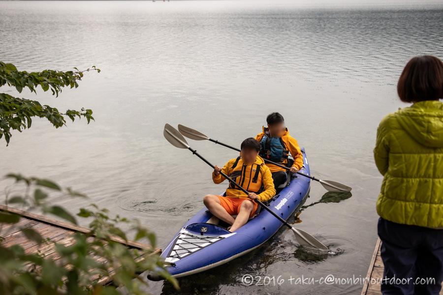 青木湖でカヤックを楽しむおじさん