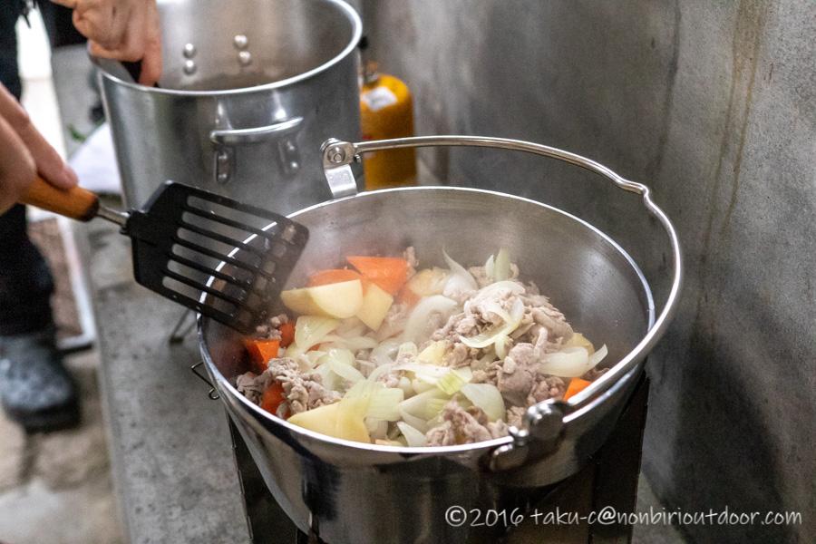 青木湖での夕飯のカレーを作る