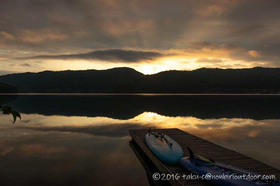 べた凪の青木湖の朝