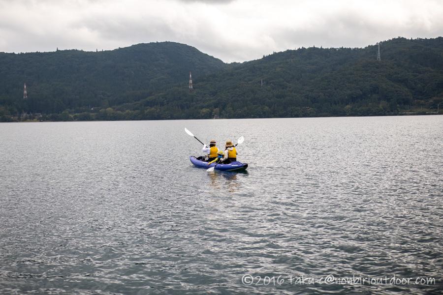 青木湖でお母さん達だけでカヤックを楽しむ
