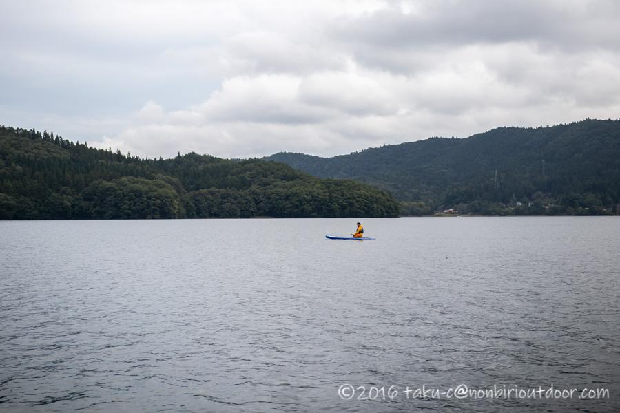 青木湖でSUPを楽しんでいるおっさん