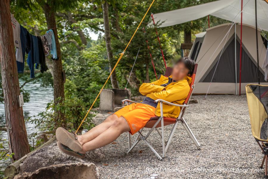 青木湖湖畔で昼寝