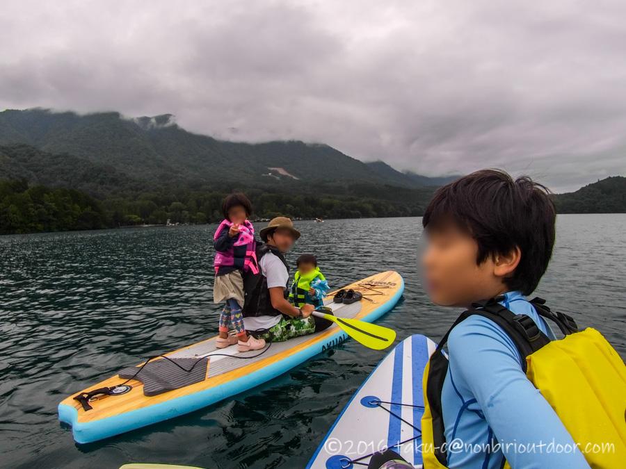 青木湖で親子でSUPとカヤックを楽しむ