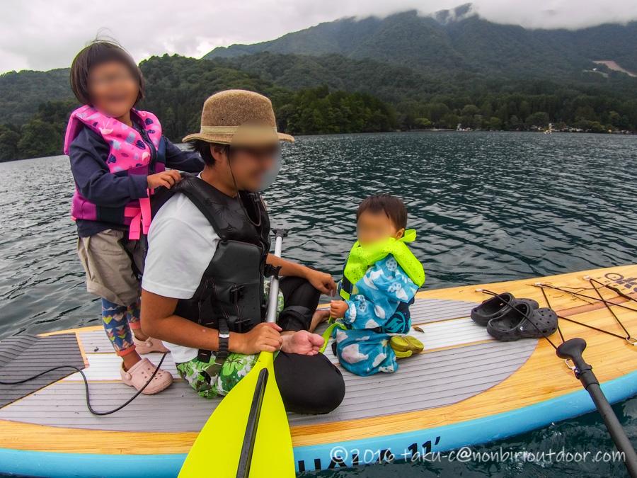青木湖で親子でSUPを楽しむ