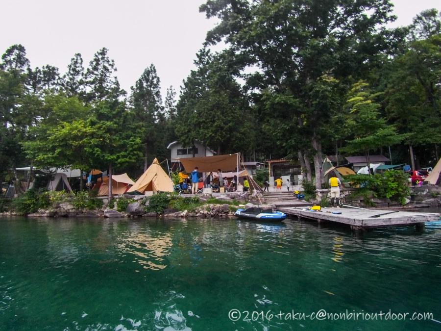 青木湖の湖上から見たサイト風景