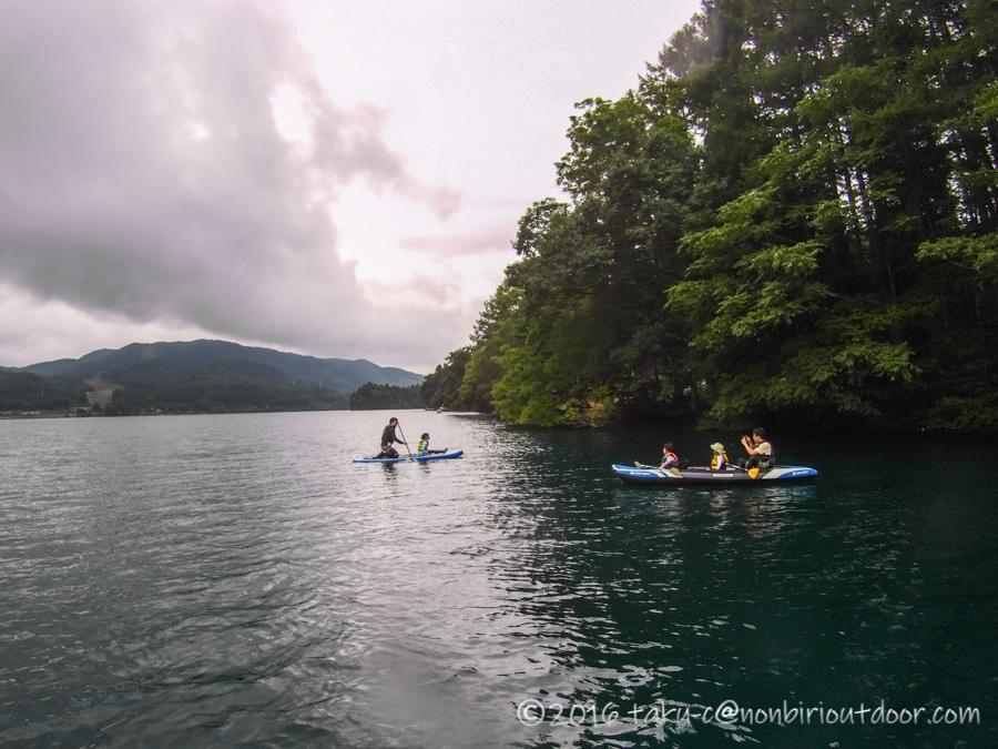 秋の青木湖でカヤックグルキャンを楽しむ