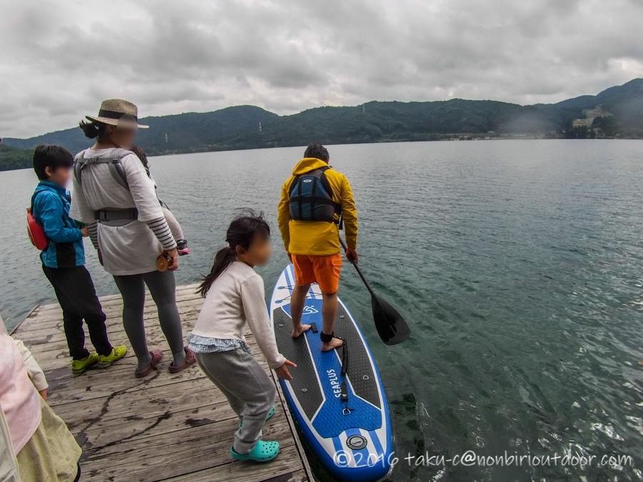 青木湖でSUPを楽しむおっさん