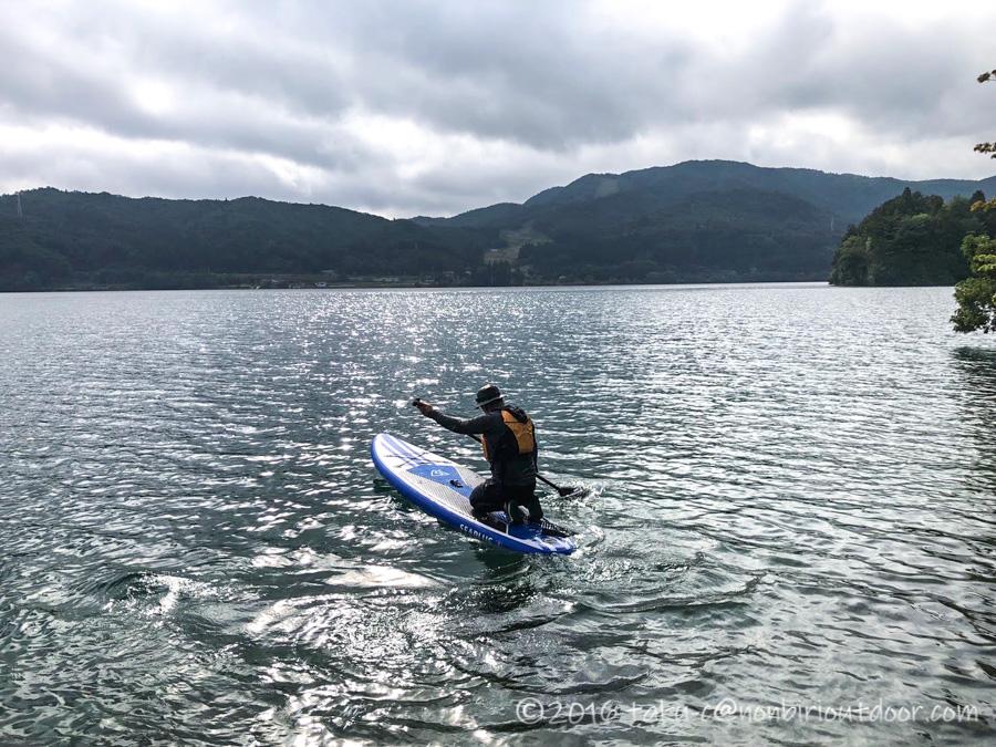 秋の青木湖でSUPをするおっさん