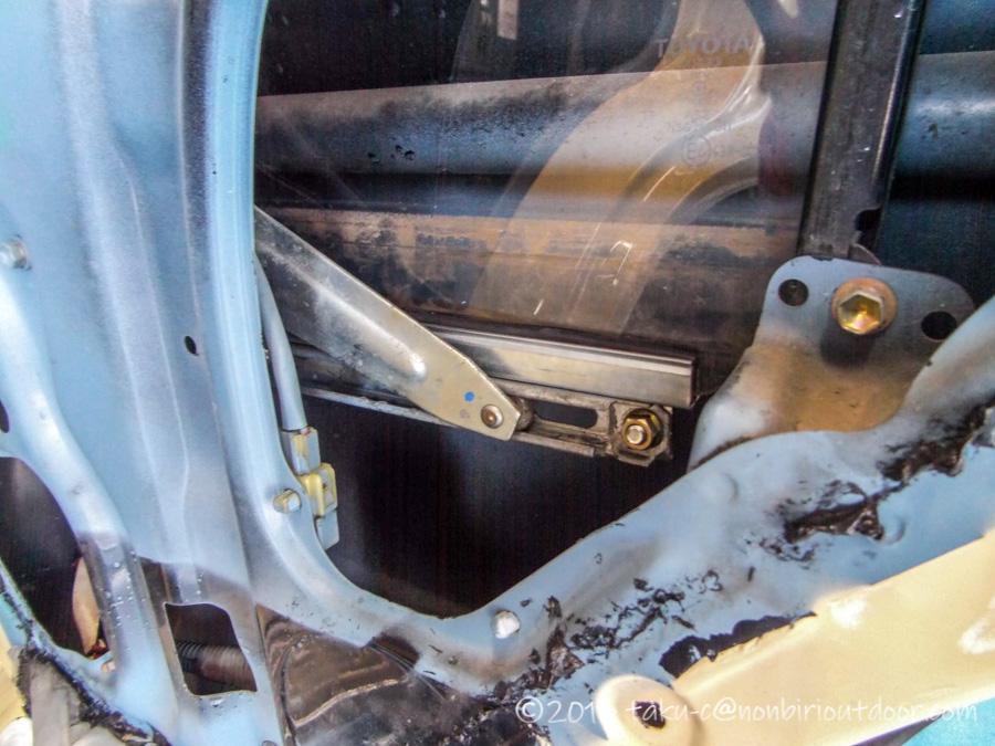 トヨタのディーラーにて78プラド右リアのランチャンネル交換作業中