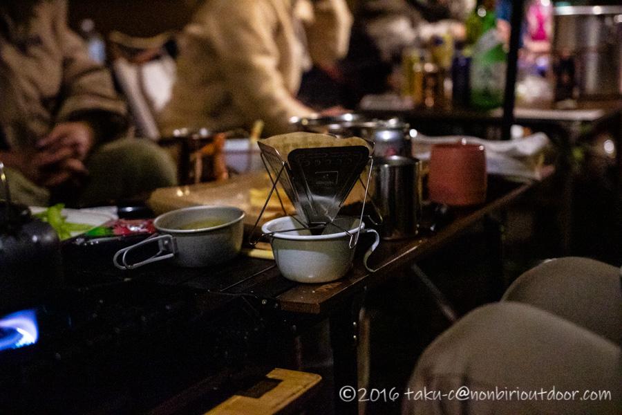 富士山YMCAで行われた第3回ナチュログ写真部合宿でコーヒーを作ってくれているしくさん