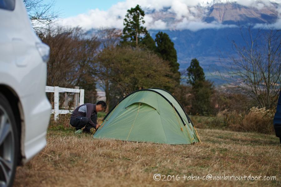 冬の富士山YMCAグローバルエコヴィレッジにて設営するへりさん