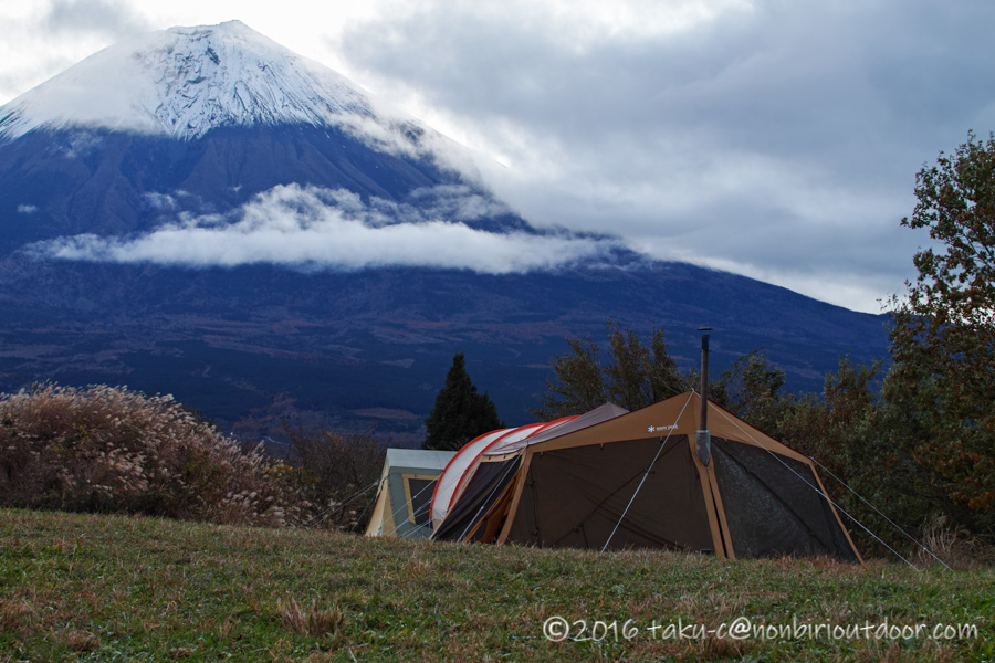 冬の富士山YMCAグローバルエコヴィレッジにて宴会場と富士山