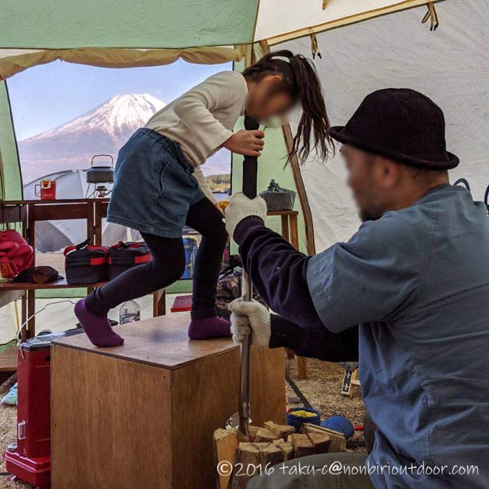 GO OUT CAMP 冬 でホリデーロードのシャカシャカで薪割り