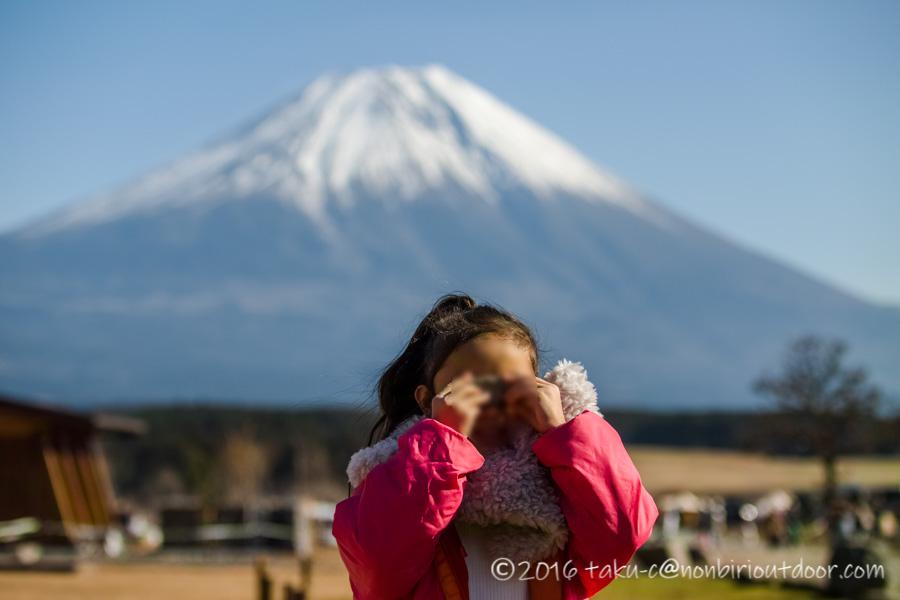 ふもとっぱらの富士山バックに娘の写真