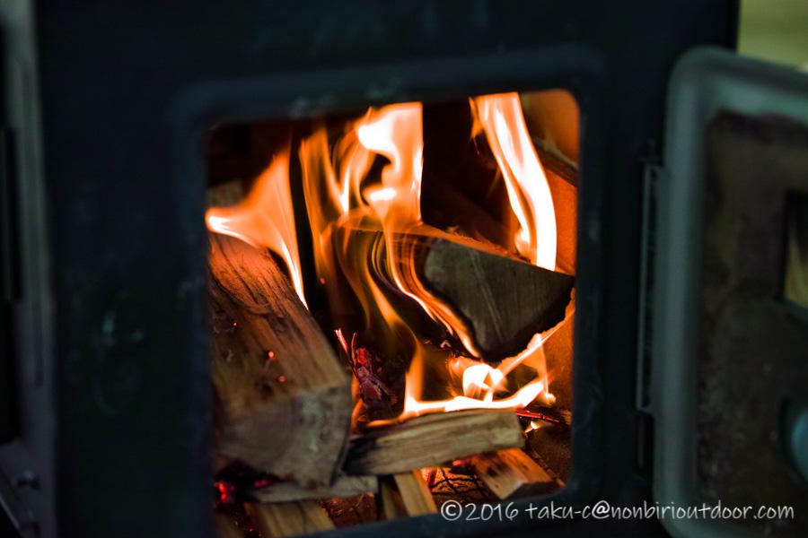 神保製作所の薪ストーブのチョッパープロトタイプに薪を入れて着火