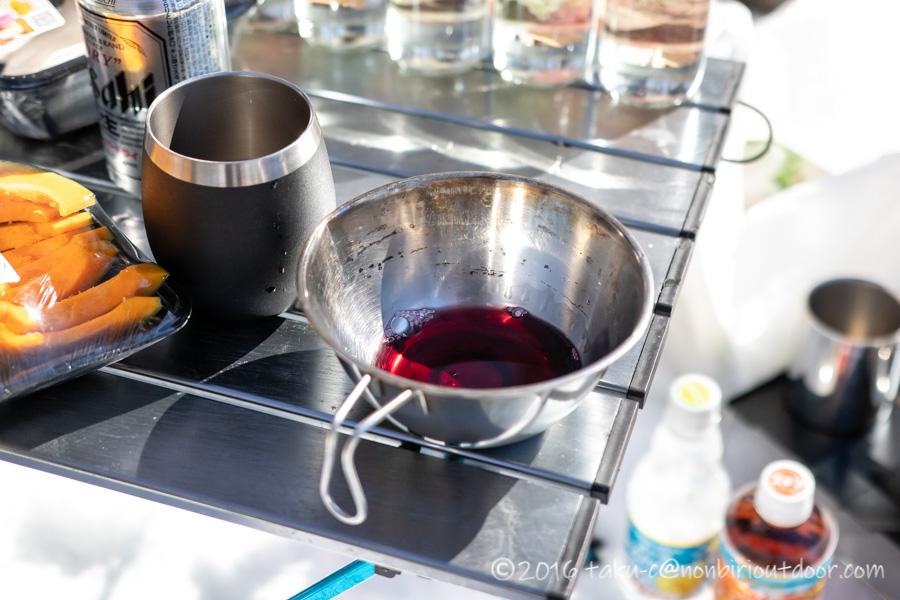 おっさん雪中キャンプのお昼はワインもちょっとだけ飲みました。