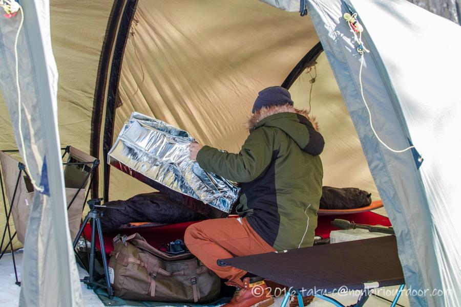 おっさん雪中キャンプの設営中
