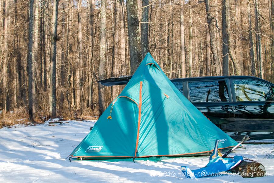 おっさん雪中キャンプをする為に五光牧場オートキャンプのサイトで設営したテントのエクスカーションティピ