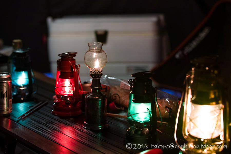 オイルランプでキャンプの夕飯を食べる