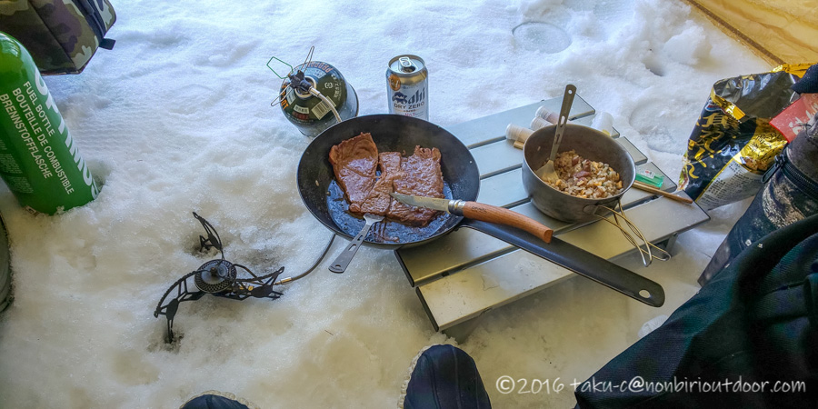 五光牧場オートキャンプ場でのおっさん雪中キャンプの朝ごはんはステーキ
