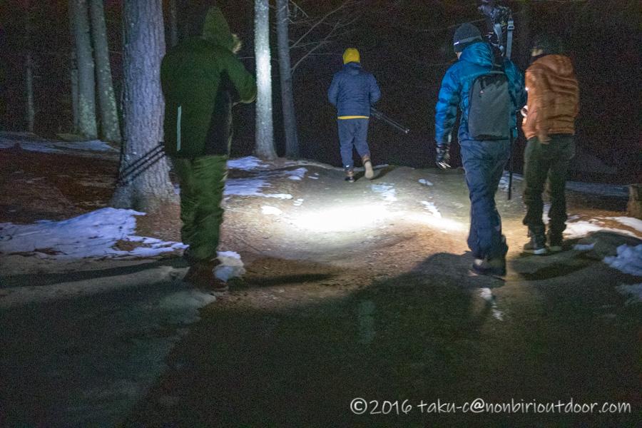 五光牧場オートキャンプ場で行われたおっさん雪中キャンプの夜の展望台への道のり