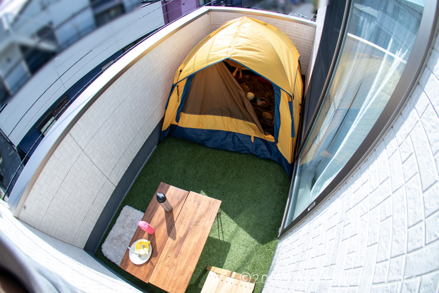 ベランダに人口芝のロールとテントを張りました