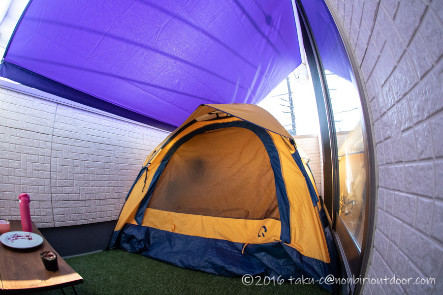 ベランダに人口芝のロールとテントとタープを張りました。